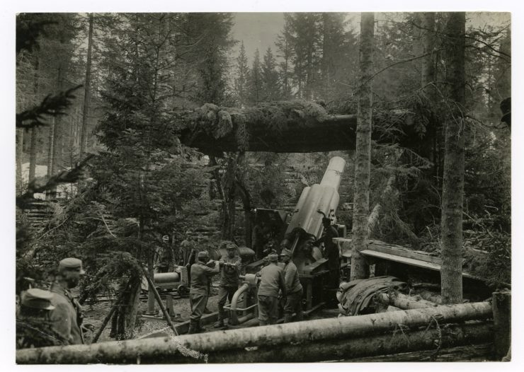 """Ausrichten der 38 cm Haubitze M.16 """"Barbara"""" in der Stellung auf Cost´alta/Lavarone ©HGM"""