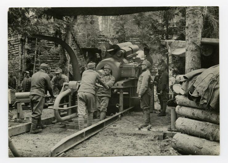 """Ladevorgang an der 38 cm Haubitze M.16 """"Barbara"""" in der Stellung auf Cost´alta/Lavarone ©HGM"""